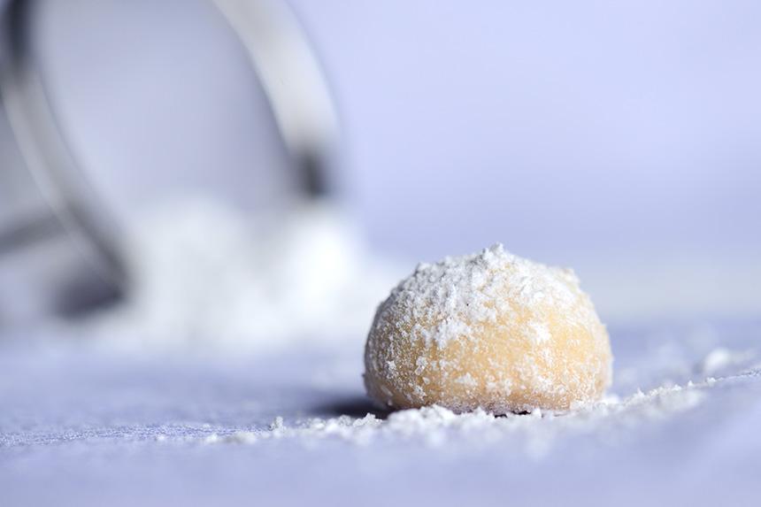 Melting Moments Cookies sind kleine, rundliche Teigkuppeln, die mit reichlich Zucker bedeckt sind. Ihre Farbe ist ganz leicht goldbraun, aber das Beeindruckendste an ihnen ist ihre hauchzarte Konsistenz.