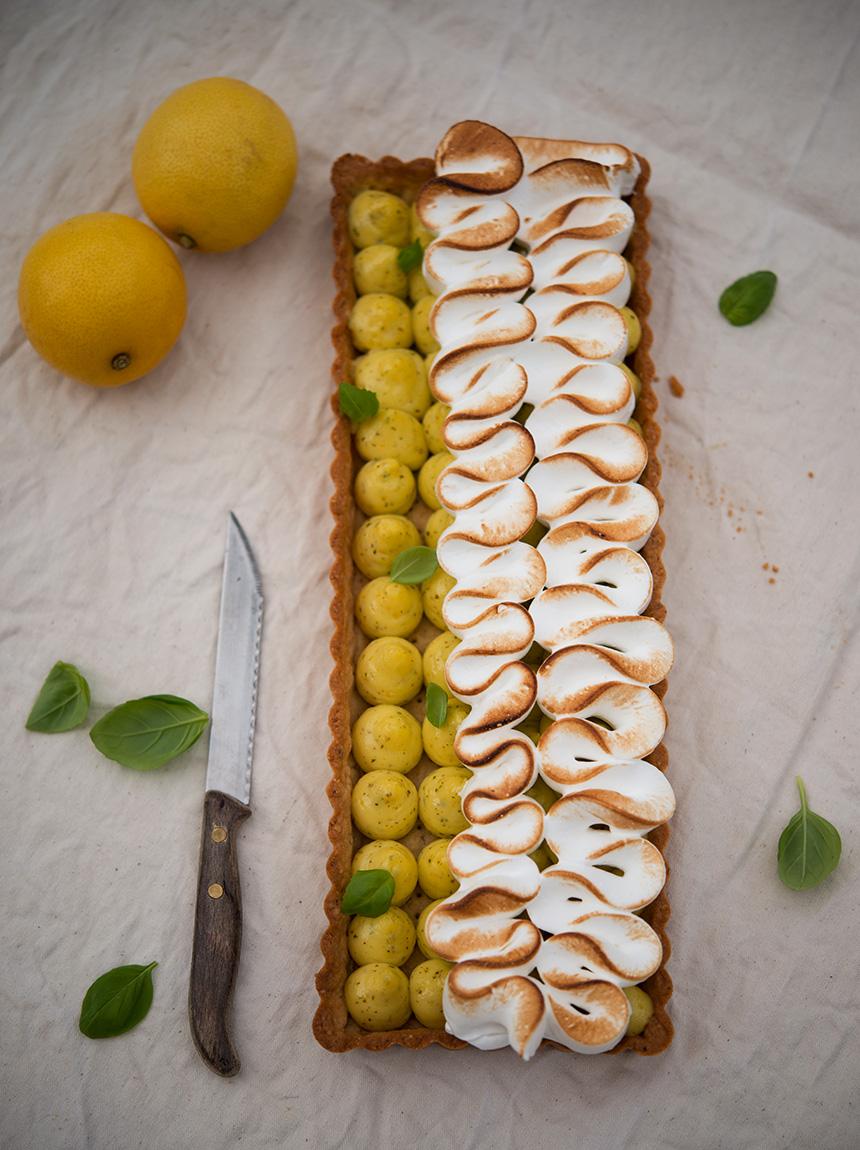 """Diese Zitronen-Basilikum-Tarte entstammt dem Buch """"Backen mit Wow-Effekt"""". Durch die rechteckige Form, die Zitronencurd-Tröpfchen und die sich elegant darüber schlängelnde Meringue ist diese Tarte ein echter Blickfang!"""