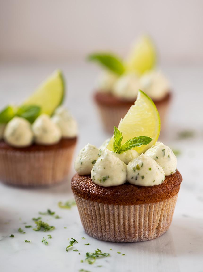 Diese selbstgemachten Mojito Cupcakes sind einfach unglaublich - unfassbar geschmacksintensiv und dabei ganz einfach zu machen!